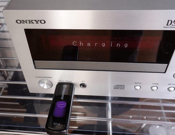 CR-N765って電源オフなのにUSBメモリを充電するんだが...