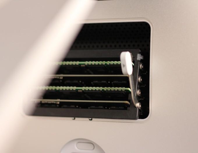 iMac 5kのメモリを挿すところ