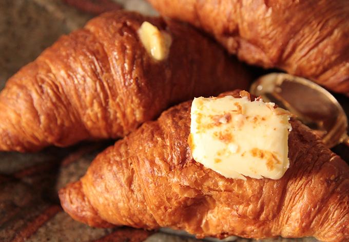 ミニクロワッサンの上にバターを載せて食べると激ウマ