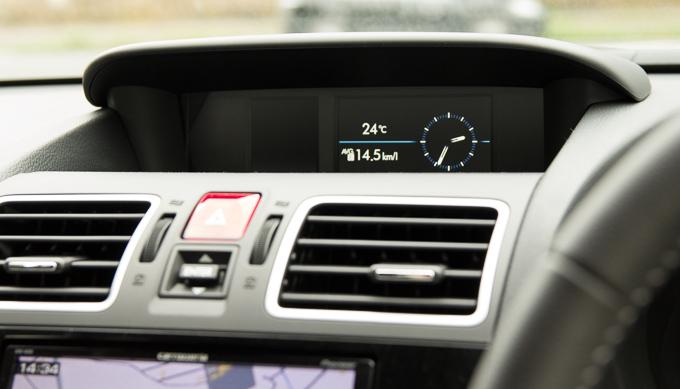 アベレージ(平均燃費)が出るスバルXVの時計パネル