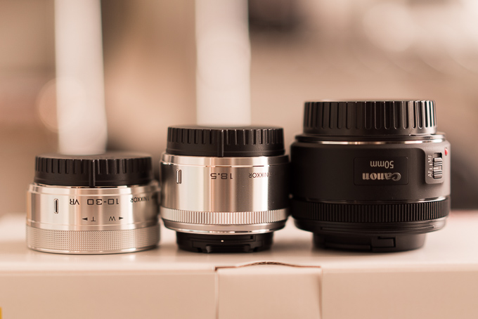 ニコンJ5の標準レンズとCanonの単焦点EF50mm F1.8 STMとのサイズ比較