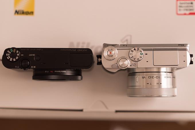 レンズを付けた状態のニコンJ5とRX100のサイズ比較