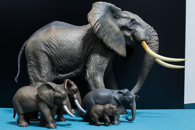 海洋堂のアフリカゾウフィギュアとシュライヒのゾウのフィギュアのサイズ比較