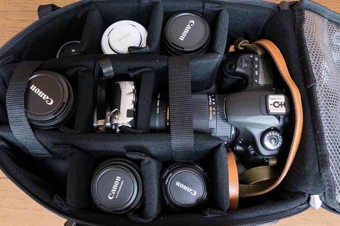 Amazonベーシック カメラリュック 21.1Lのカメラ、レンズ収納部分