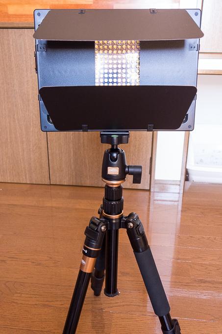 YONGNUOのYN-600LEDビデオライトは三脚に簡単に取り付け可能