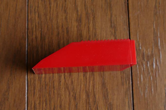 余分なイージーリペアスティック(シェラックつや消し)を削り落とすゴシゴシスクレーパー
