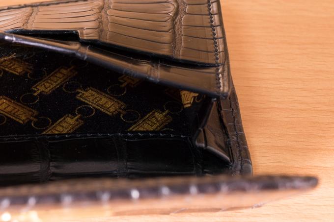 ZILLI(ジリー)のクロコダイルカードケースの内装はシルク