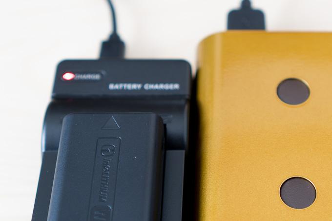 NP-FW50対応エーポケUSB充電器充電中の赤ランプ
