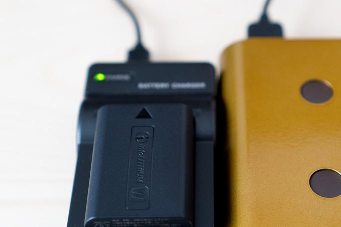 NP-FW50対応エーポケUSB充電器充電終了の緑ランプ