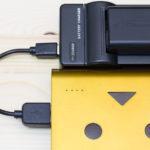 カメラバッテリーをモバイルバッテリーで充電できるエーポケNP-FW50対応USB充電器が優れもの