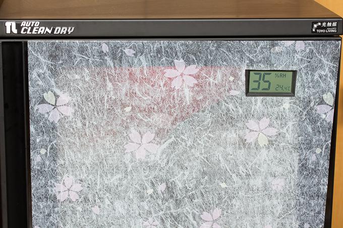 窓用フィルムを防湿庫に貼ってみた