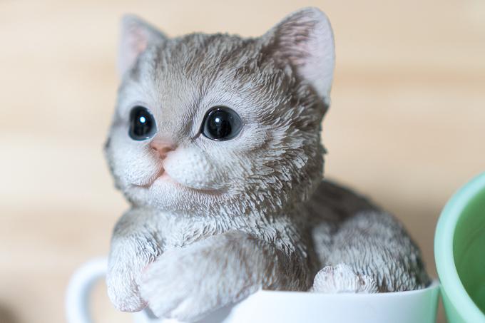 ちゃんと目にハイライトが入る仕組みの猫の置物