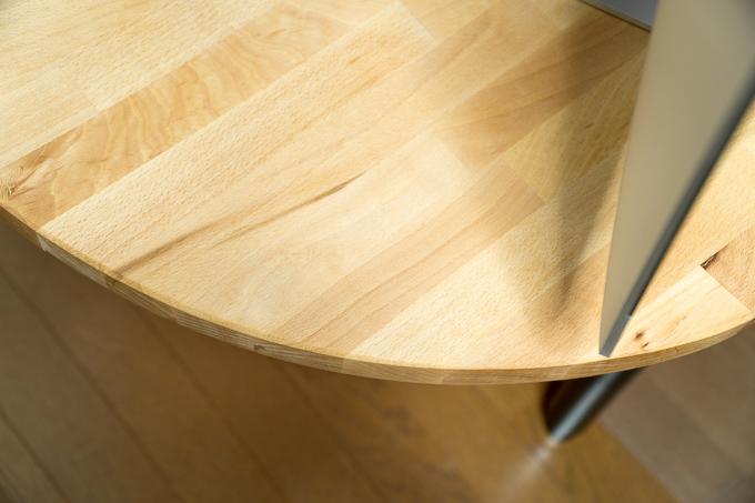 丸くシェイプされたイケアのテーブルトップのGERTON