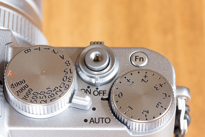 ケーブルレリーズ用の穴が開いているX-T20のシャッターボタン