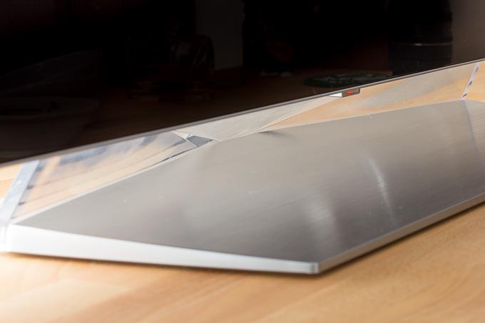 OLED55C7Pのアルミニウム製のテレビスタンド