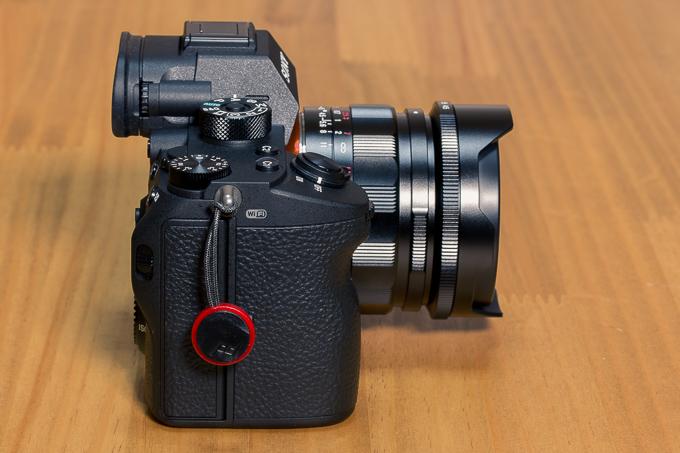 コシナ「フォクトレンダー」SUPER WIDE-HELIAR 15mm F4.5 E-mountを横から見る