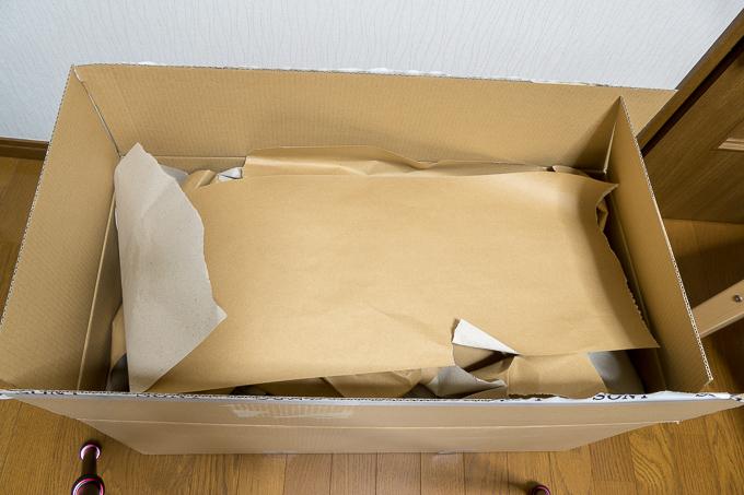 ソニーストアのダンボールにぎっしり詰め込まれた緩衝材の厚紙