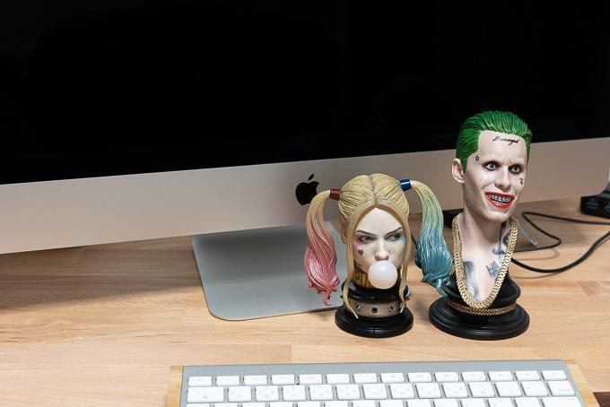 iMacの前に並べたプライム1スタジオ「ハーレイクイン・ジョーカー」ヘッドセット