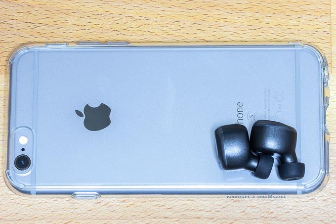 iPhone6sとEnacFireイヤホンのサイズ比
