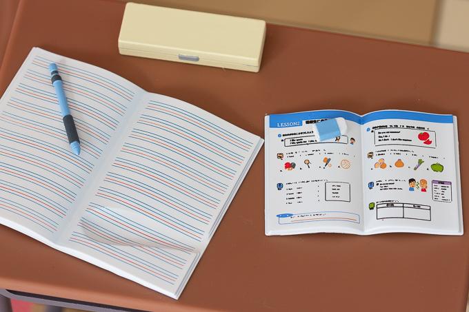 机の上の文房具類