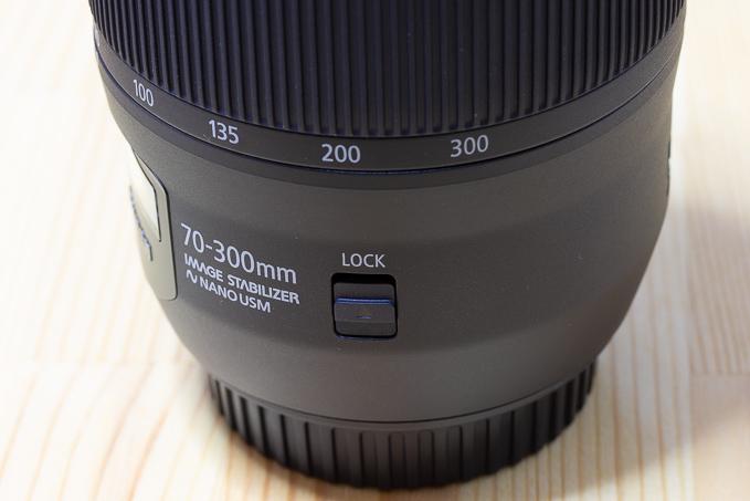 EF70-300mm F4-5.6 IS II USMのロックボタン