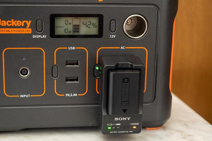 ポータブル電源240でカメラのバッテリーを充電中
